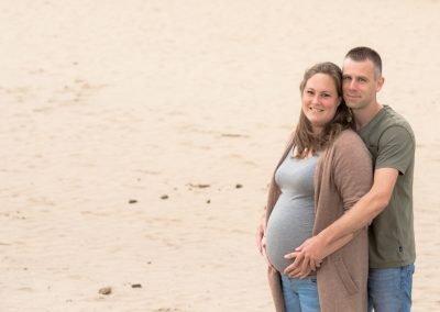 Zwangerschap fotoshoot op locatie met een mooie ondergaande zon.