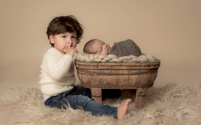 Newborn jongetje met grote broer